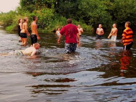 Zdjęcia z ośrodka w Pałęgach: Kąpiel w rzeczce